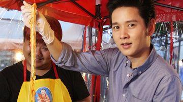 โต๋ พาชิม ต๊อกโบกิชีสพ่นไฟ ชีสยืดได้ยาวสุดแขน ในตลาดสดสนามเป้า