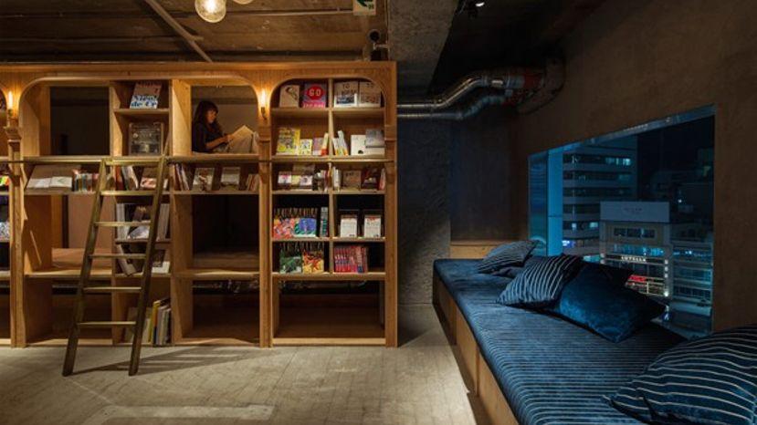 ญี่ปุ่น เปิดโฮสเทล Book and bed ห้องพักในชั้นหนังสือ อยากอ่านกี่เล่มตามสบาย
