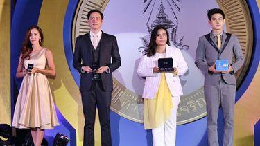 ปาน - ฟิล์ม นำทีม 9 ศิลปิน รับพรีเซ็นเตอร์ เหรียญที่ระลึก พระบาทสมเด็จพระเจ้าอยู่หัว ทรงเจริญพระชนมพรรษา 88 พรรษา