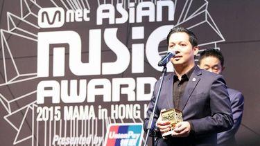 'วิชย์ สุทธิถวิล' กรรมการผู้จัดการบริษัท แพนเทอร์ เอ็นเทอร์เทนเมนท์ จำกัด รับรางวัล Best Live Entertainment ในงาน 2015 MAMA