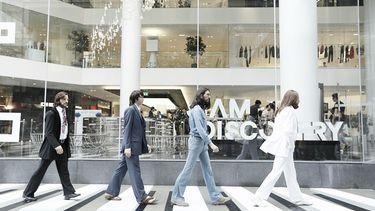 เดอะบีเทิลส์ ฟื้นตำนานดนตรีกลางห้างดัง พร้อมใจข้ามถนน เดินมุ่งหน้าสู่ มาดามทุสโซ กรุงเทพฯ
