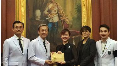 จีน พัดชา เพชร ส่งมอบรายได้จากคอนเสิร์ต Love to Share กับ ศิริราชมูลนิธิ