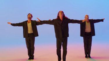 มันก็จะเก๋ ๆ หน่อย!! 3 หนุ่ม LANY ถ่ายมิวสิควิดีโอแบบลองเทคใน Super Far