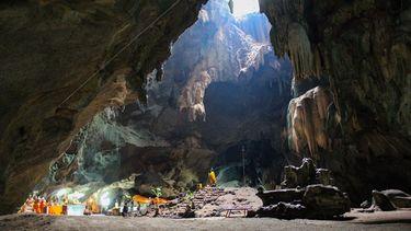 เที่ยวถ้ำจอมพล ชมหินงอกหินย้อย ความงามอัศจรรย์ของธรรมชาติ ที่ราชบุรี