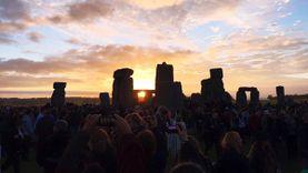 ชาวอังกฤษแห่ชม พระอาทิตย์ขึ้น ที่สโตนเฮนจ์ ฉลองครีษมายัน วันที่มีแสงแดดยาวนานที่สุดในรอบปี