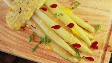 นานาเมนูพิเศษ กับ หน่อไม้ฝรั่งขาว ชิ้นโตจากเยอรมนี ที่ ห้องอาหารริเวอร์ไซด์ กริลล์ โรงแรมรอยัล ออคิด เชอราตัน