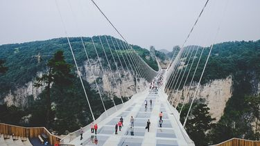 สุดหวาดเสียว สะพานแก้วที่สูงที่สุดในโลก อุทยานแห่งชาติจางเจียเจี้ย ประเทศจีน