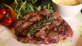 สเต็กเนื้อออสเตรเลี่ยนอย่างดี ที่ ทเวนตี้ เซเว่น ไบทส์ บราสเซอรี่ โรงแรมเรดิสัน บลู พลาซ่า กรุงเทพ