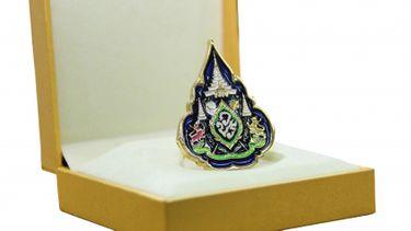 ไปรษณีย์ไทย เตรียมจัดส่งเข็มที่ระลึกตราสัญลักษณ์ พระราชพิธีบรมราชาภิเษก  ร.10