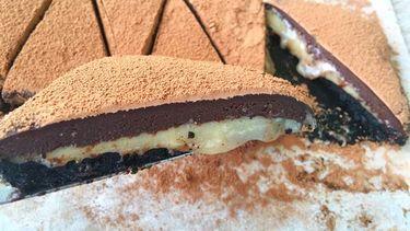 อร่อยลืมอ้วน! สูตรทำ ช็อกโกแลตพายซอสคาราเมล หนึบๆ เยิ้มๆ ไม่หวานบาดคอ!