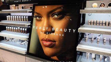 ริฮานน่า เปิดตัวแบรนด์เครื่องสำอาง Fenty Beauty พร้อมกัน 17 ประเทศทั่วโลก!